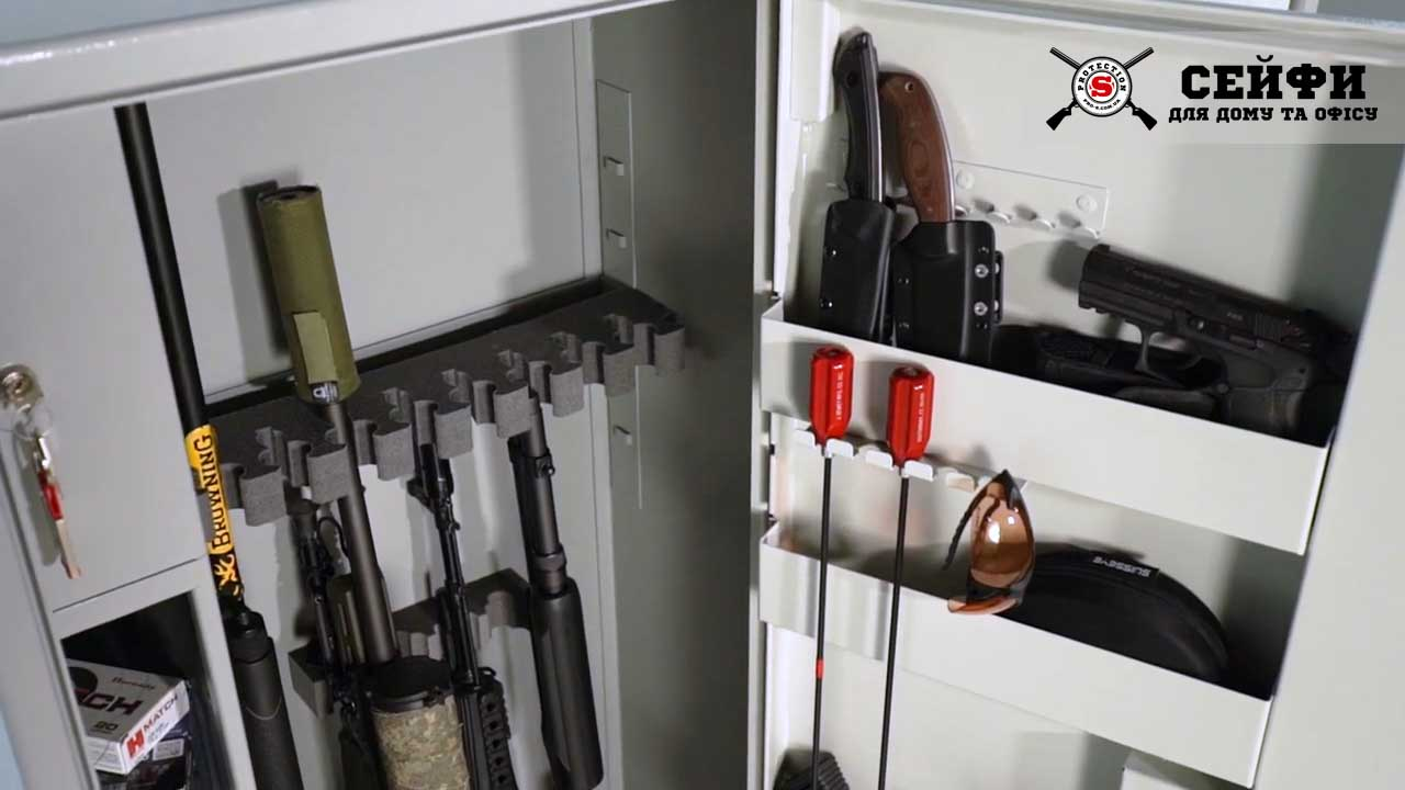 Большие размеры сейфа под ружье намного удобнее и практичнее